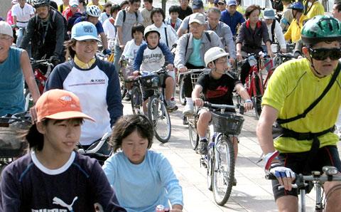 いせさき市民のもり公園を出発する参加者
