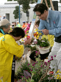 抽選で当った盛花のプレゼントを受け取る参加者